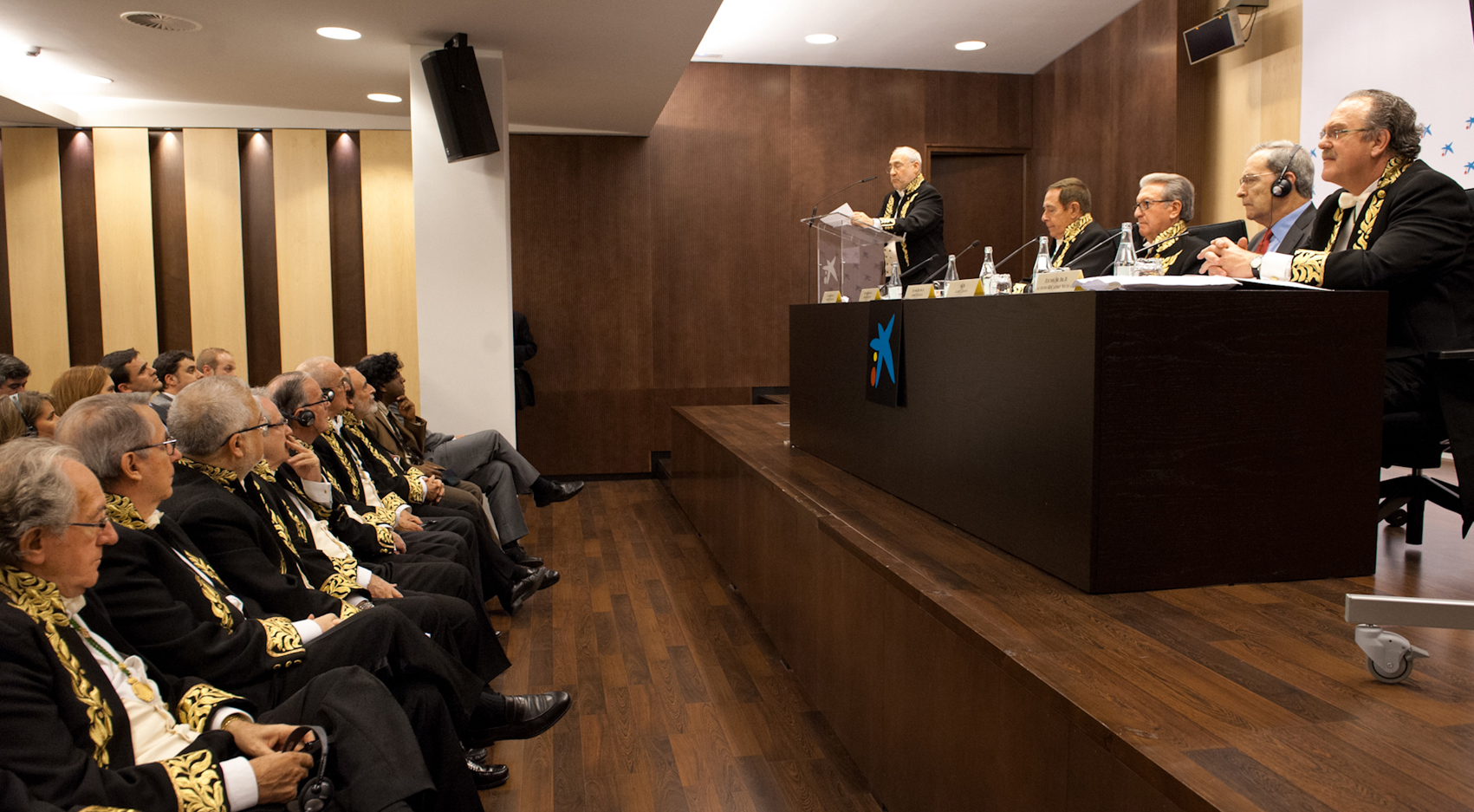 Dr. Joseph Stiglitz académico correspondiente de la RACEF durante su conferencia en el Palau Macaya sobre la austeridad