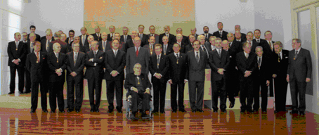 Family photograph of the visit of H.M. King Juan Carlos I to the headquarters of our Royal Corporation