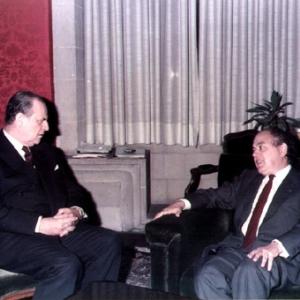El Exmo. Sr. Dr. Raymond Barre, académico correspondiente para Francia, en conversación con el M.H.Sr. Dr. Jordi Pujol, el día de su ingreso como académico en la RACEF. - 23/11/1984