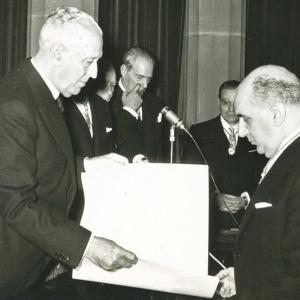 El Dr. Pedro Gual Villalvi entrega al Dr. Antonio Polo el diploma con motivo de su ingreso en la RACEF (26-11-1961) - 26/11/1961