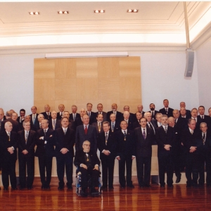 Foto de familia con ocasión de la visita de S.M. el Rey Juan Carlos i a la sede social de nuestro Real Corporación, 2004-02-16 - 16/02/2004