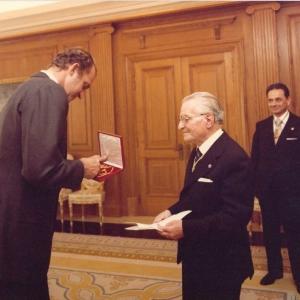 Foto de familia con ocasión de la entrega de la medalla de honor a S.M.el Rey Juan Carlos I, 20-11-1981  - 20/11/1981
